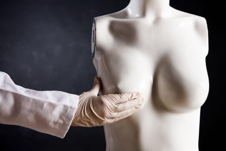 Скульптура и рука хирурга