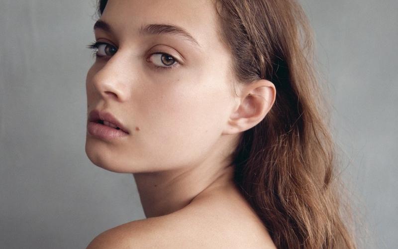 Девушка с ровной кожей
