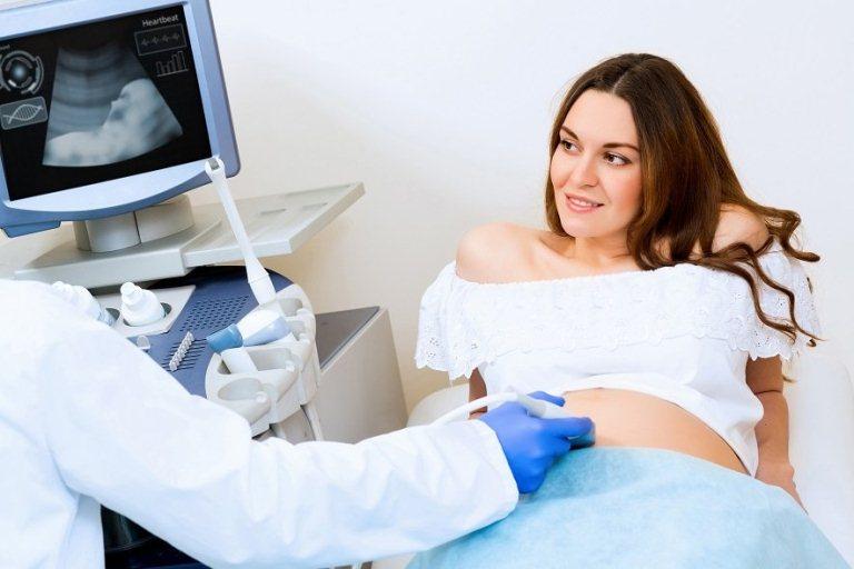 Беременная женщина и доктор