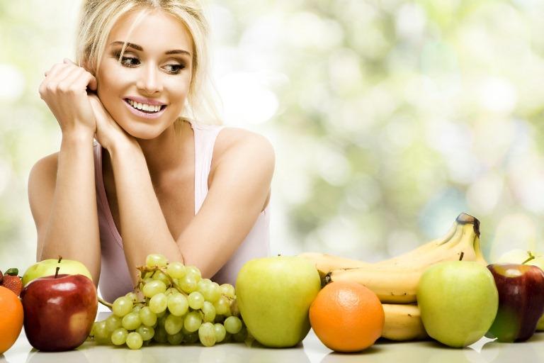 Девушка и фрукты