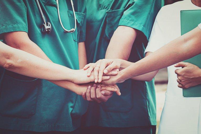 Руки врачей