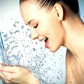 Девушка и брызги воды
