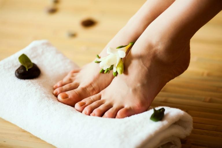 Как быстро избавиться от сухих мозолей на ногах: лечение мозолей в домашних условиях народными средствами
