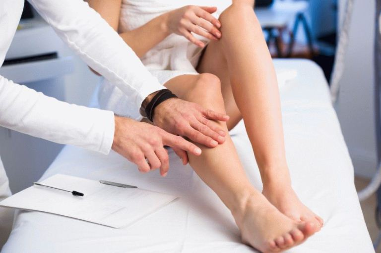 Доктор смотрит ноги