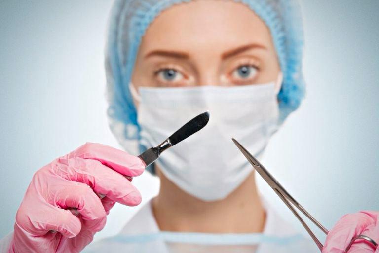 Доктор с инструментами