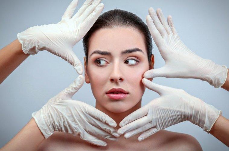 Руки врачей возле лица