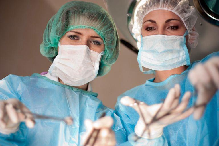 Хирурги работают