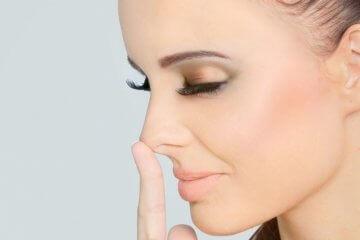 Касание кончика носа