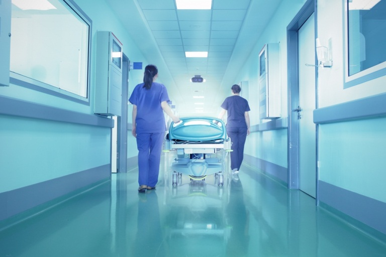 Врачи и медицинская кровать