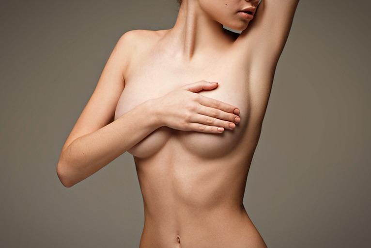 Прикрывает грудь