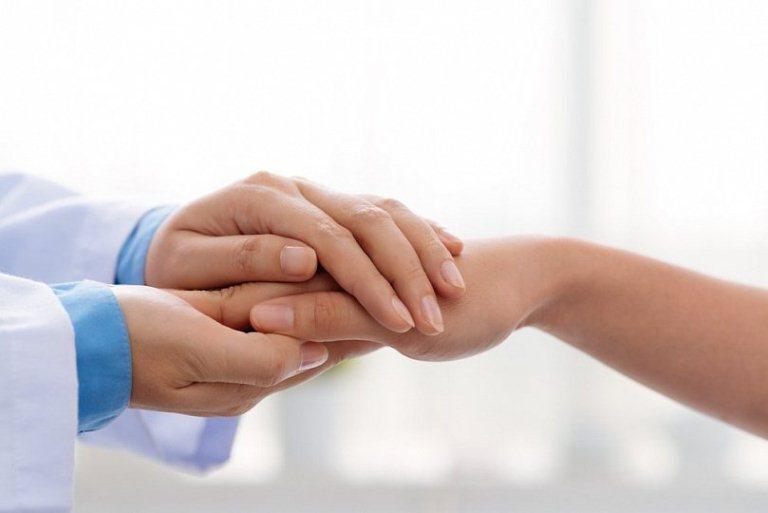 Руки пациента и врача