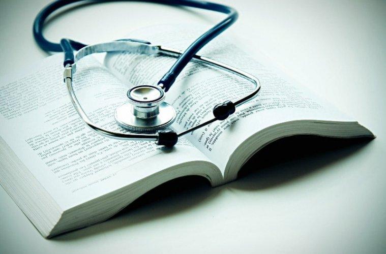 книга и стетоскоп
