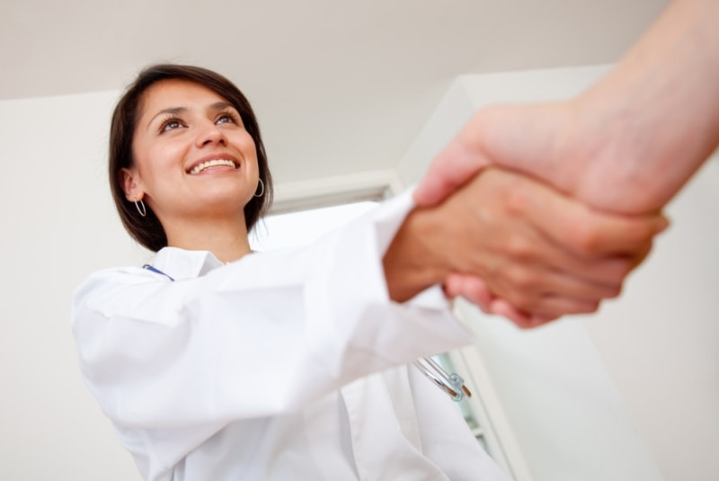 Рукопожатие доктора и пациента