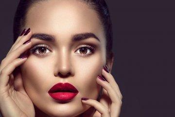 Красивая девушка с красными губами