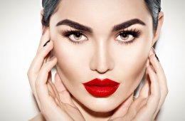 Красные губы у красивой девушки