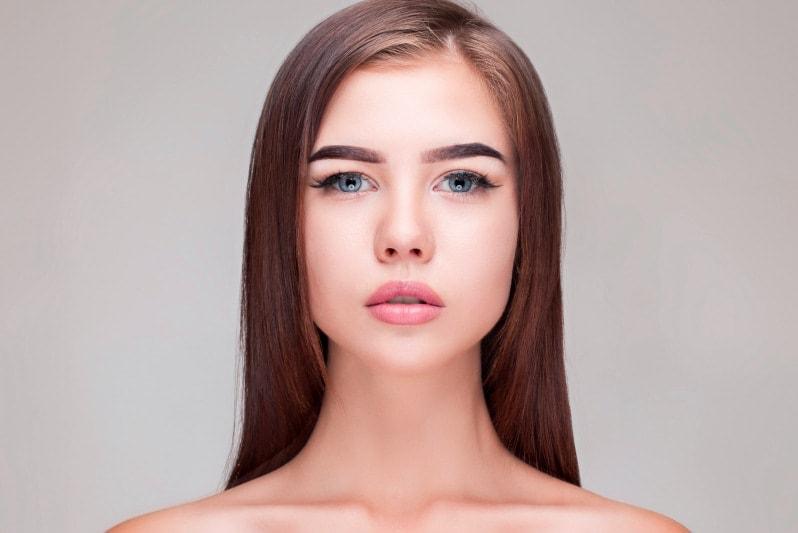 Красивая девушка с пухлыми губами