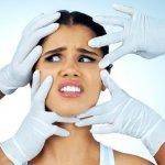 Руки пластического хирурга возле лица