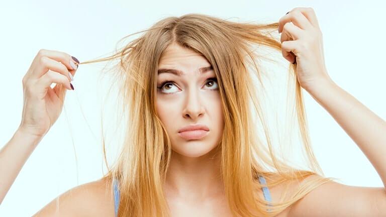 Разглядывание своих волос