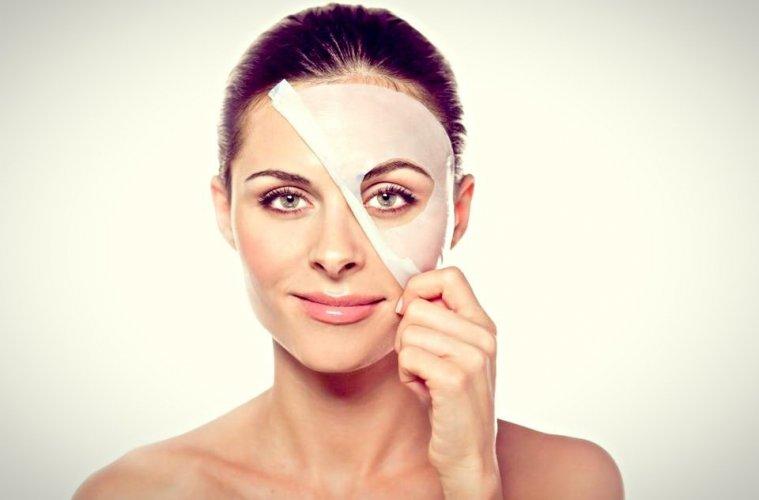 Женщина стягивает маску с лица