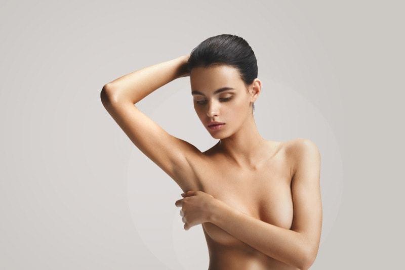 Девушка прикрывает грудь