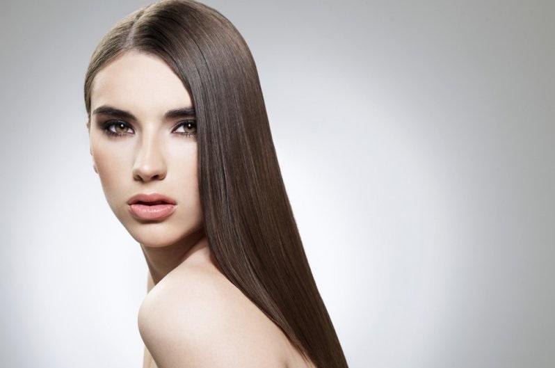 Красивая девушка с ровными волосами
