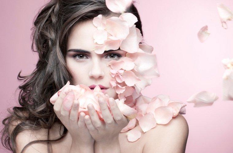 Девушка и лепестки роз