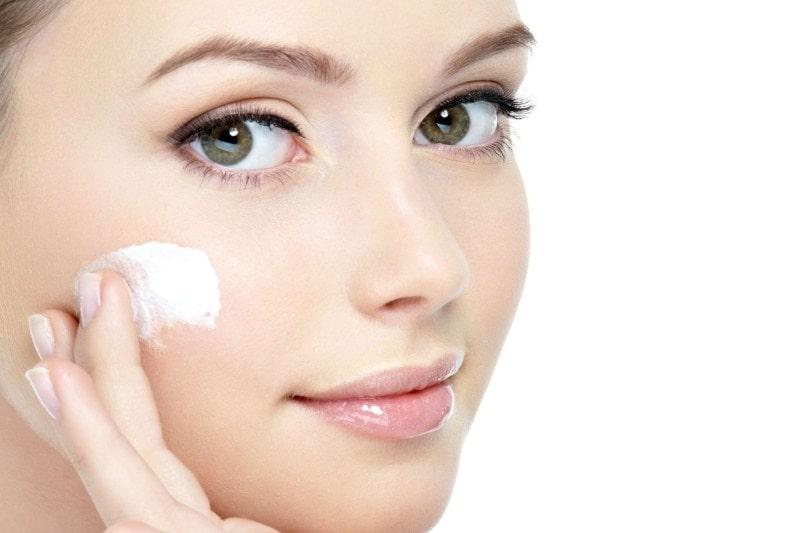 Нанесение крема от рубцов на лицо