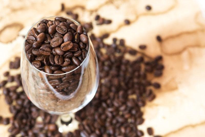 Кофейные зерна в бокале