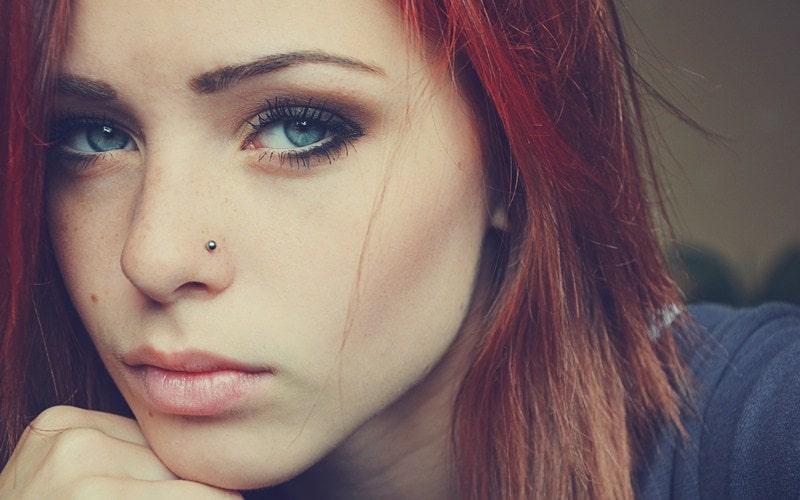 Девушка с пирсингом носа