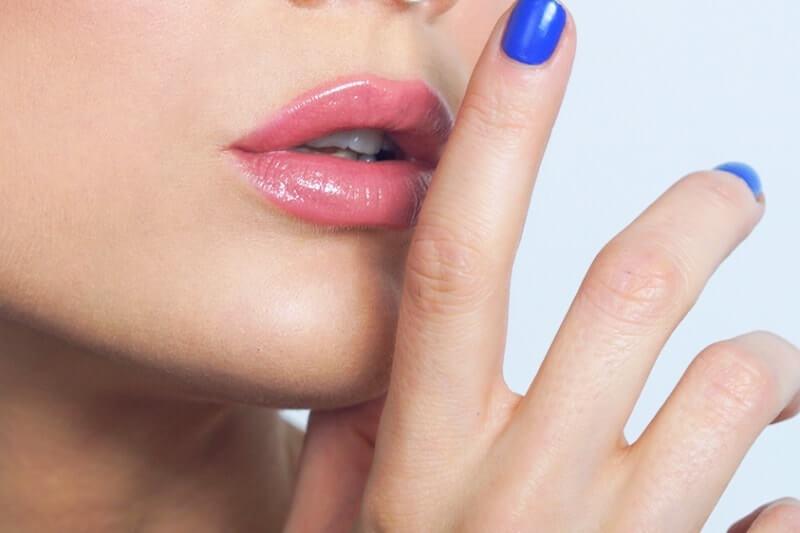 рука возле губ