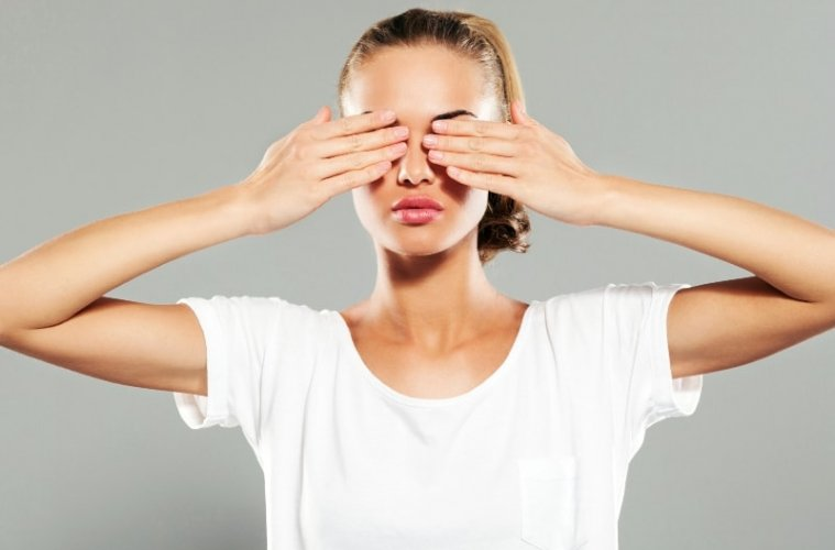 Девушка закрывает глаза