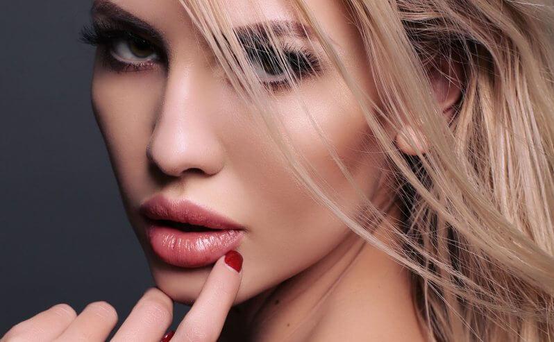Пухлые губы женские