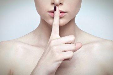 палец возле губ