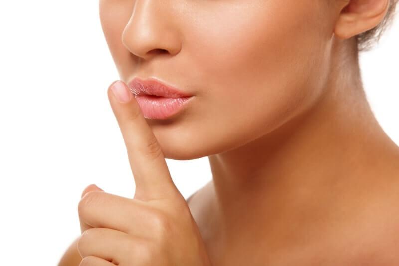 Палец возле пухлых губ