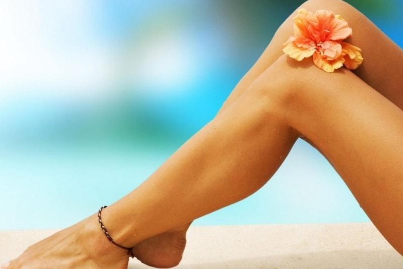 Женские ножки с цветком