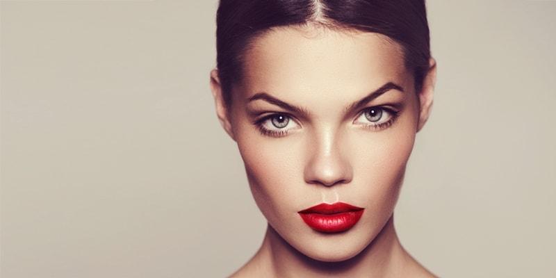Симпатичная девушка с красной помадой