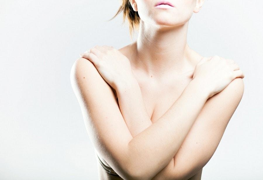 Женщина прикрыла грудь