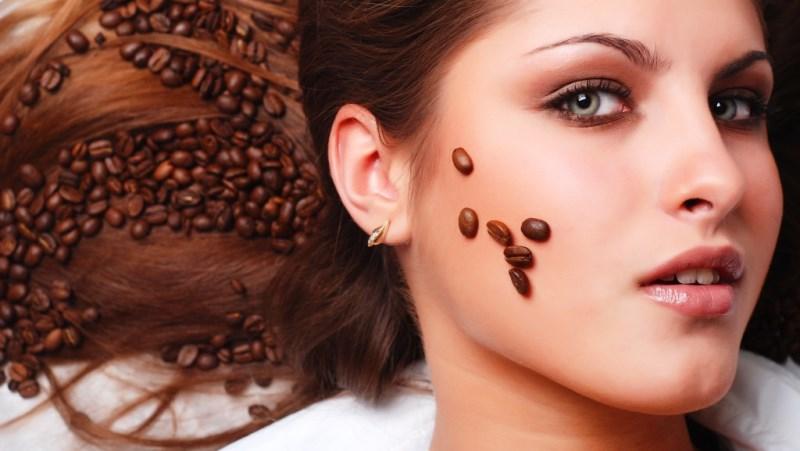 Девушка лежит с кофейными зернами
