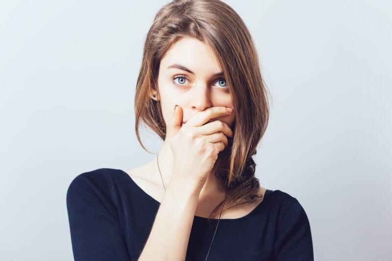 Девушка закрыла рот рукой