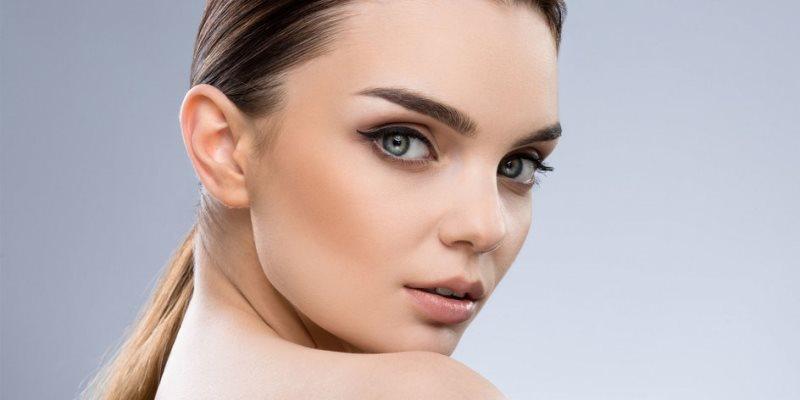 Симпатичная девушка с зелеными глазами