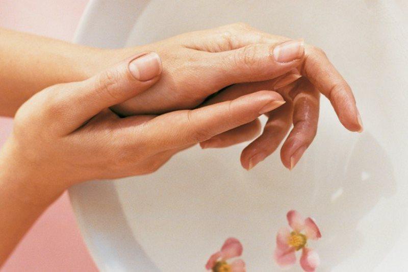 руки возле ванночки