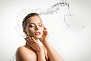 Вода в лицо девушки