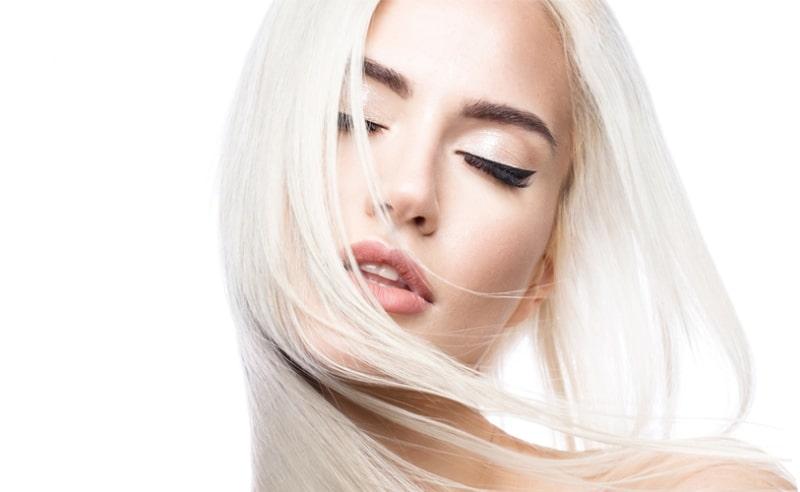 Блондинка закрыла глаза