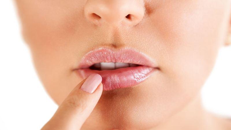 Касание губы с герпесом