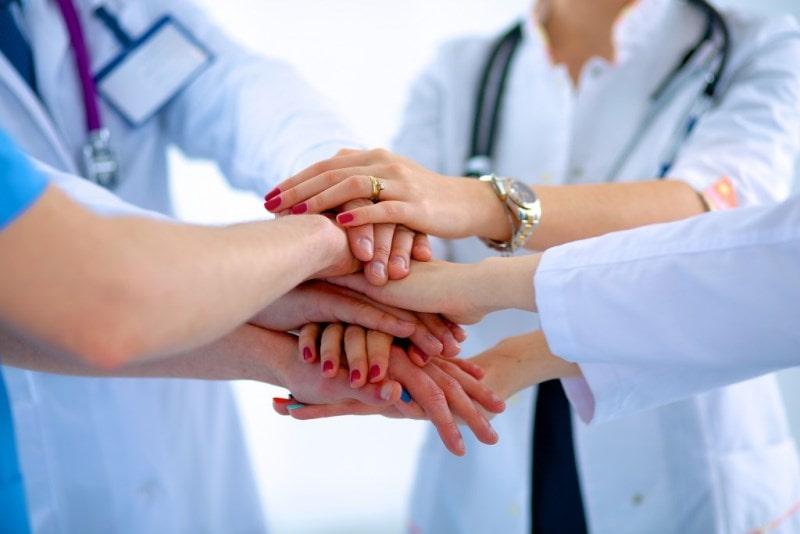 Сплетение рук врачей