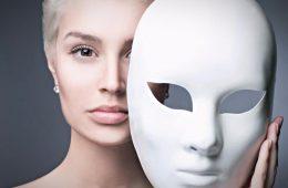 Девушка держит маску