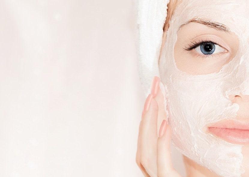Нанесение маски на лицо