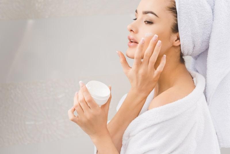 Как увлажнить кожу лица кремом