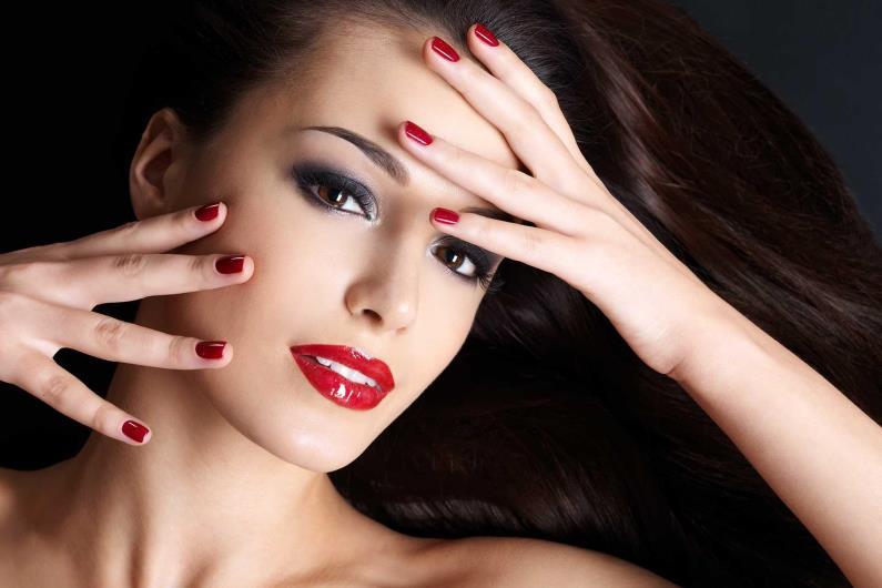 Красивая девушка касается лица