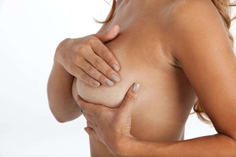 Девушка закрывает грудь